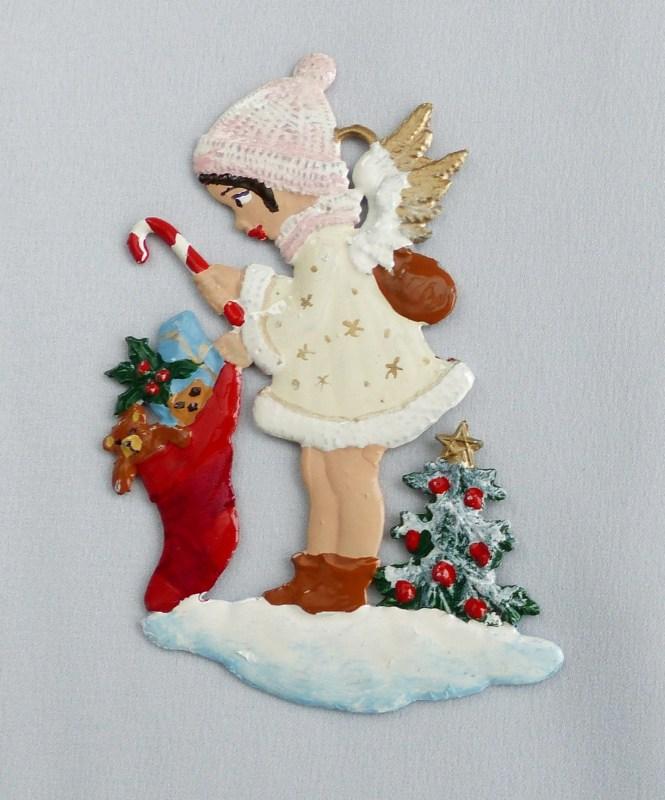 Engel mit Geschenkestrumpf wie alle unsere Produkte von uns bemalt