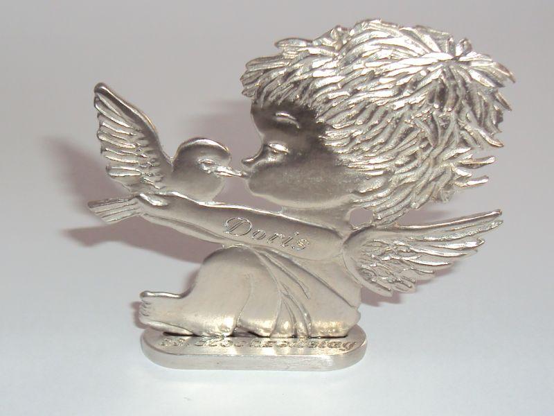 Engel mit Taube und Gravur