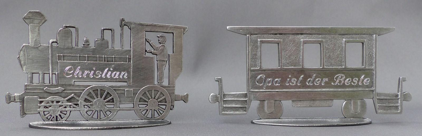 Lokomotive mit Anhänger graviert
